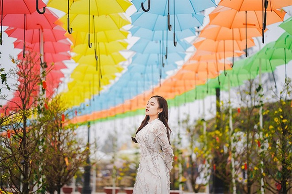 Con đường ô, con đường nón lá, đường đèn lồng của lễ hội hoa được đánh giá là một trong những địa điểm check - in hot nhất dịp Tết Nguyên đán 2020, phủ sóng khắp các mạng xã hội