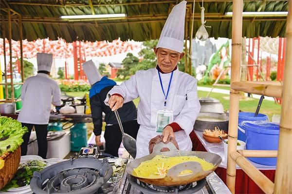"""Lần đầu tiên, một lễ hội không chuyên ẩm thực nhưng lại quy tụ được những nghệ nhân ẩm thực bậc nhất, giúp cư dân có cơ hội nếm đặc sản ba miền Bắc - Trung - Nam chuẩn vị ngay trên """"sân nhà""""."""