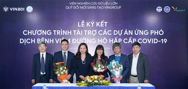 PGS.TSKH. Phan Thị Hà Dương (Giám đốc điều hành Quỹ đổi mới sáng tạo Vingroup - VinIF) tặng hoa các chủ nhiệm dự án tại Lễ ký kết tài trợ sáng ngày 20/02.