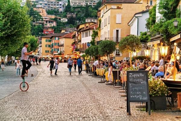 Grand World tái hiện một Địa Trung Hải sôi động với cafe terrace ngoài trời, cùng chuỗi bar, pub hoạt động thâu đêm suốt sáng (Ảnh minh hoạ)
