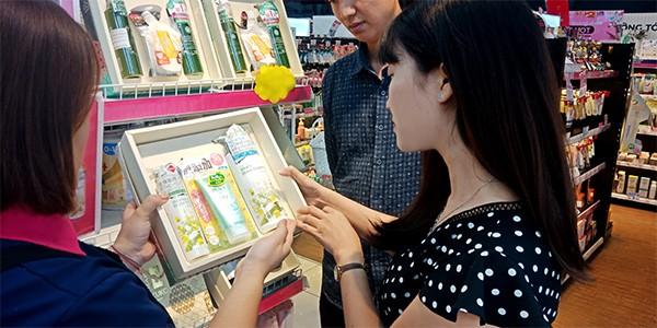Khách hàng mua sắm mỹ phẩm Nhật Bản