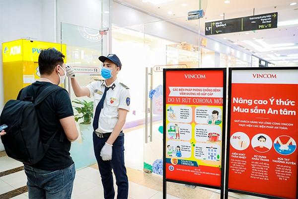 Các thông điệp an toàn được đặt tại nhiều địa điểm dễ nhìn trong TTTM