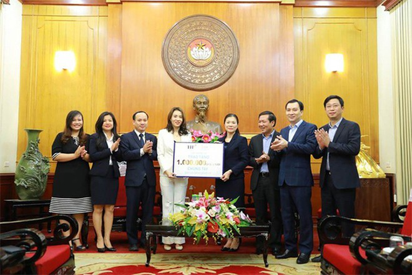 Ủy ban Trung ương MTTQ Việt Nam tiếp nhận 1 triệu ly sữa từ tập đoàn TH tặng người cách ly và đội ngũ y bác sỹ đang phòng chống dịch Covid-19 của Việt Nam.
