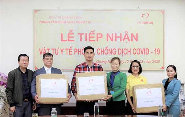 Đại diện Quỹ Thiện Tâm trao tặng 20.000 chiếc khẩu trang cho Trung tâm kiểm soát bệnh tật, Sở Y tế tỉnh Quảng Ninh