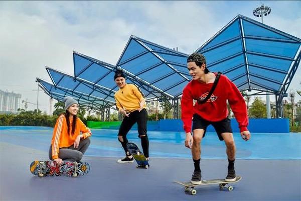 Cư dân có thể tìm thấy các loại hình thể thao khác nhau tại công viên trung tâm Vinhomes Smart City, từ khiêu vũ, trượt ván, cờ tướng…