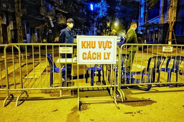 Lực lượng chức năng lập hàng rào phong toả phố Trúc Bạch từ tối 6/3. Ảnh: Vnexpress