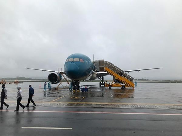 Hai chuyến bay đưa người Việt từ Nhật Bản về lần lượt hạ cánh xuống sân bay Vân Đồn chiều ngày 19/3