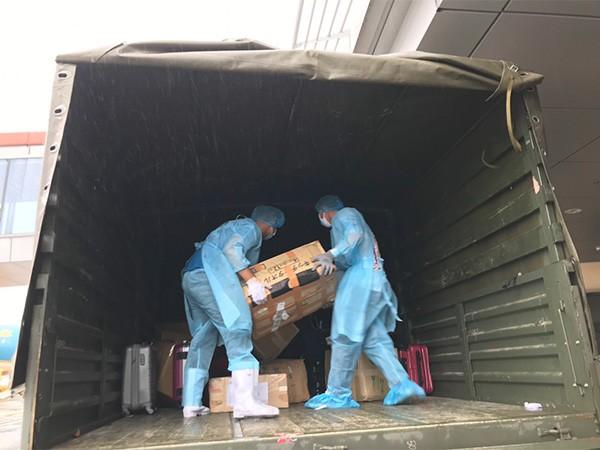 Nhân sự tại sân bay Vân Đồn được trang bị đồ bảo hộ y tế, tập huấn các thao tác mặc và cởi đồ bảo hộ để tránh nguy cơ lây nhiễm virus vào cơ thể
