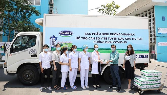 Xe chở sản phẩm của Vinamilk khởi hành đến các địa điểm tiếp nhận trên địa bàn thành phố HCM ngay trong sáng ngày 20/3