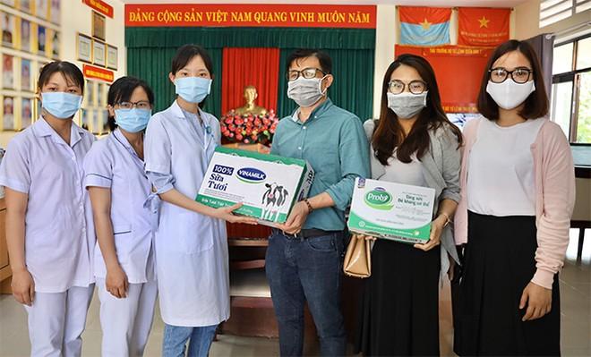 Đại diện Vinamilk trao tận tay sản phẩm sữa đến các y, bác sĩ đang công tác tại khu cách ly thuộc huyện Nhà Bè, TP.HCM