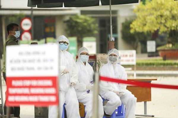"""Trạm kiểm soát y tế tại bệnh viện Bạch Mai – nơi hiện tại """"nội bất xuất, ngoại bất nhập""""."""