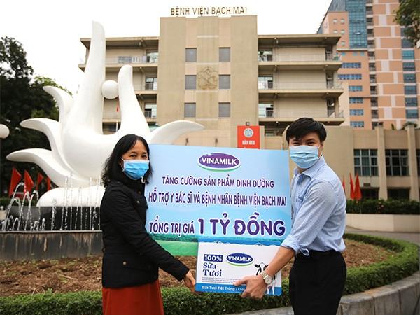 Bà Nguyễn Thị Minh Tâm – Giám đốc chi nhánh Vinamilk tại Hà Nội trao tặng sản phẩm dinh dưỡng giá trị 1 tỷ đồng cho đại diện bệnh viện Bạch Mai
