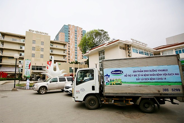 Vinamilk đã tổ chức ngay các chuyến xe đưa sản phẩm sữa đến bệnh viện Bạch Mai trong ngày 31/03 và những ngày sắp tới