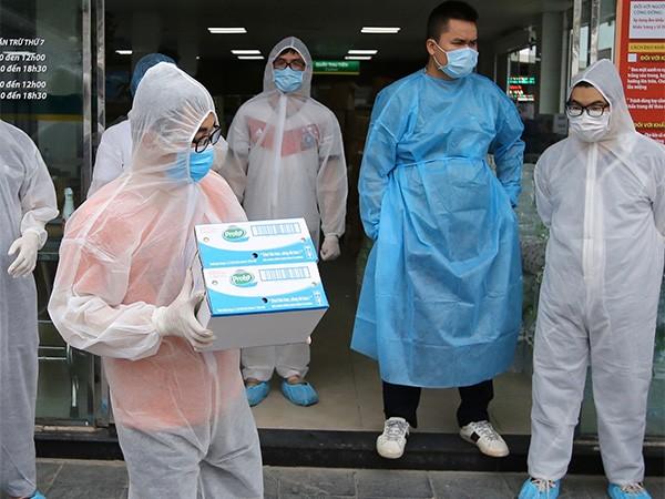 Nhân viên của bệnh viện Bạch Mai đang tiếp nhận các sản phẩm của Vinamilk như sữa chua uống Probi, sữa tươi 100%,…