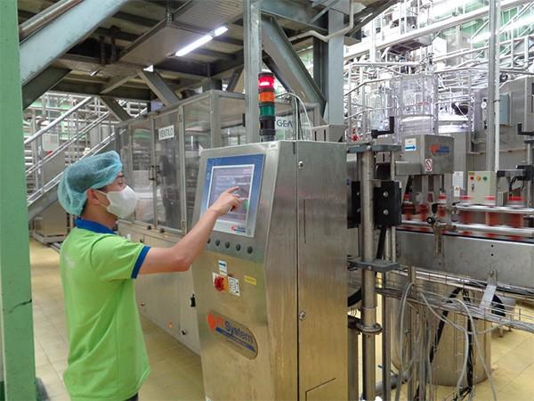 Chai sản phẩm sau khi đóng nắp sẽ đi qua hệ thống camera điện tử để nhận diện và loại bỏ những chai sản phẩm lỗi trong quá trình đóng nắp.