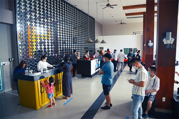 Du khách xếp hàng giãn cách check in Bà Nà Hills dịp 30-4 ảnh 1