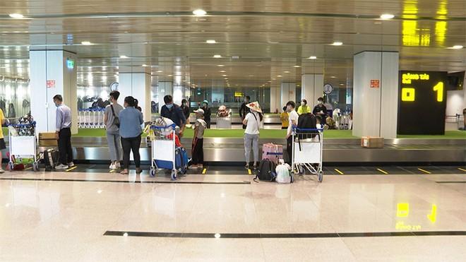 Hành khách chờ lấy hành lý