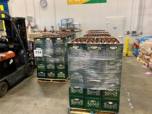 Sau khi tập trung về trụ sở, các loại thực phẩm sẽ được phân chia và chuyển đến người cần giúp đỡ thông qua các trạm cung cấp thực phẩm miễn phí