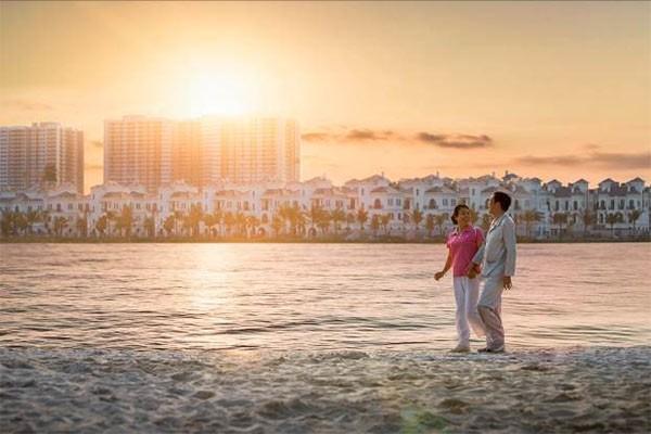 Bờ cát trắng dài 1,4km tại hồ Ngọc Trai là nơi dạo bộ thư thái mỗi chiều dưới ánh hoàng hôn