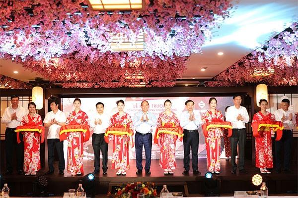 Thủ tướng Chính phủ Nguyễn Xuân Phúc và các đại biểu cắt băng khánh thành dự án Yoko Onsen Quang Hanh giai đoạn 1