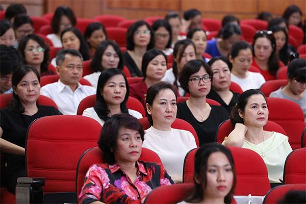 Đông đảo giáo viên và cán bộ giáo dục đã đến tham dự hội nghị
