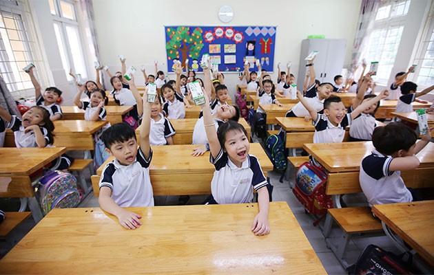 Các em học sinh tại Hà Nội thụ hưởng chương trình Sữa học đường ngay khi đi học lại sau thời gian giãn cách do dịch Covid-19