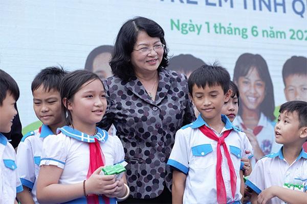 Các em học sinh tỉnh Quảng Nam đón nhận món quà đặc biệt từ Phó Chủ tịch nước Đặng Thị Ngọc Thịnh trao tặng, nhân ngày Tết thiếu nhi
