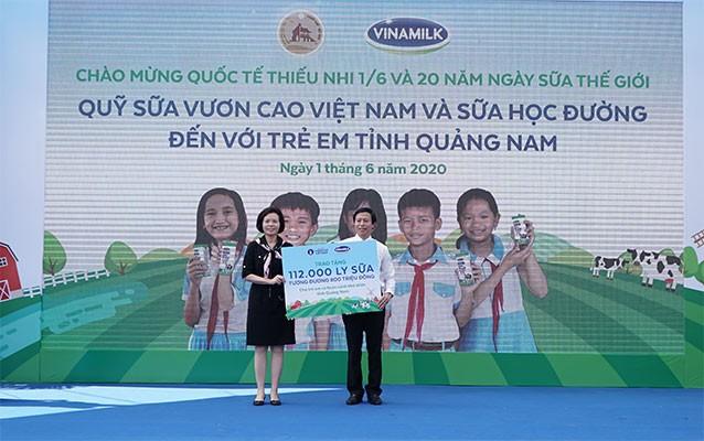 112.000 ly sữa được bà Bùi Thị Hương, Giám đốc điều hành Vinamilk trao tặng cho lãnh đạo Sở LĐ,TB-XH tỉnh Quảng Nam