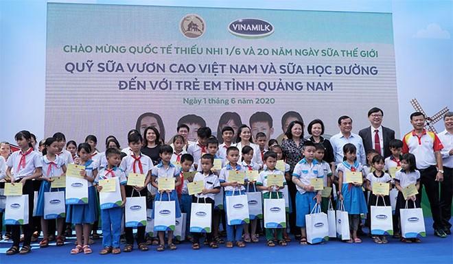 Các đại biểu trao tặng 50 phần học bổng cho trẻ em tỉnh Quảng Nam vượt khó vươn lên, có thành tích học tập xuất sắc