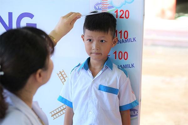 Các em học sinh được khám dinh dưỡng và kiểm tra sức khỏe bởi các bác sĩ của Trung tâm khám và tư vấn dinh dưỡng Vinamilk