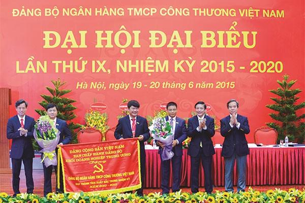 Đảng bộ Khối DNTW trao tặng Đảng bộ VietinBank cờ thi đua xuất sắc