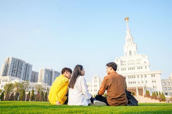 VinUni nằm trong khuôn viên dự án Vinhomes Ocean Park là đại học tinh hoa đầu tiên và duy nhất của Việt Nam có hợp tác chiến lược với 2 ĐH thuộc top 20 trường ĐH tốt nhất thế giới là Cornell và Pennsylvania