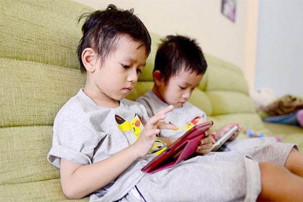 Trẻ thường xuyên sử dụng điện thoại có các tác hại nhất định đến sức khỏe và tâm lý