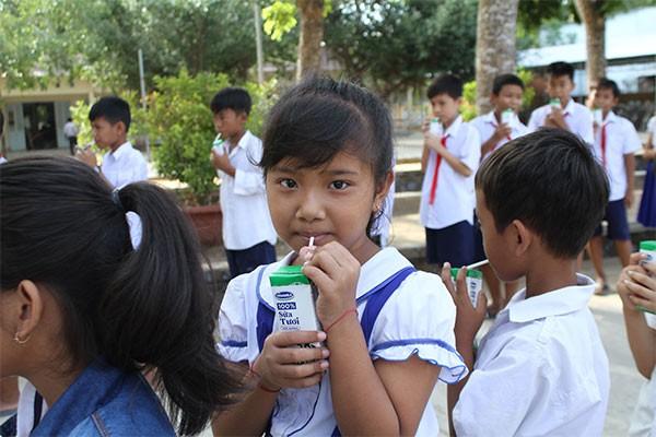 Học sinh Trường tiểu học Tân Sơn, Trà Vinh hào hứng với hoạt động uống sữa tại trường