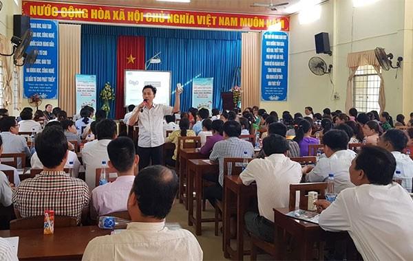 Đông đảo thầy cô giáo, phụ huynh học sinh tham gia các buổi tập huấn về việc triển khai SHĐ tại các trường học