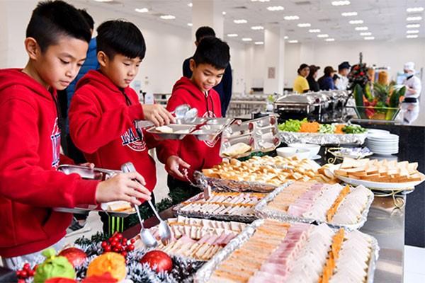 Học viên PVF được chăm lo kỹ lưỡng trong từng bữa ăn. Chế độ dinh dưỡng được tính toán khoa học đảm bảo vừa ngon miệng vừa hỗ trợ quá trình trưởng thành, tập luyện của học viên