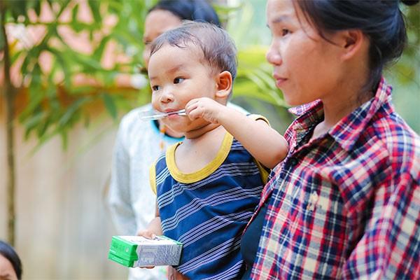 Các gia đình ở vùng cao mong muốn con được uống sữa đều đặn nhưng điều kiện kinh tế chưa cho phép