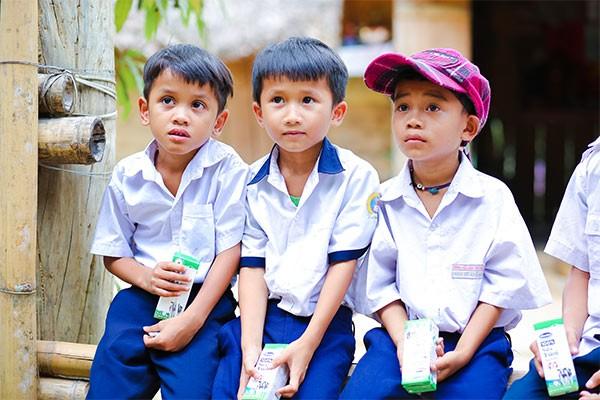 Các em học sinh huyện Đông Giang nhận những hộp sữa đầu tiên khi đến lớp theo chương trình Sữa học đường