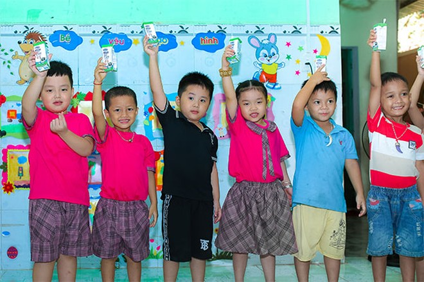 Các em học sinh mầm non huyện Nam Giang hào hứng tham gia giờ uống sữa tại lớp