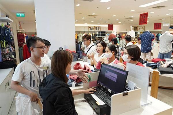 """Không khí """"săn sale"""" tưng bừng tại Vincom trong ngày đầu tiên của Lễ hội mua sắm Đỏ ảnh 3"""