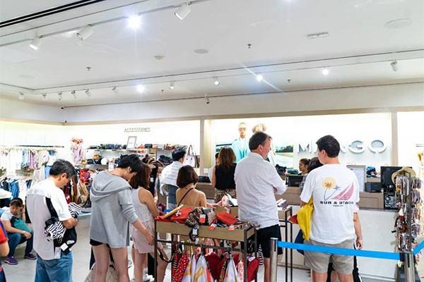 """Không khí """"săn sale"""" tưng bừng tại Vincom trong ngày đầu tiên của Lễ hội mua sắm Đỏ ảnh 4"""