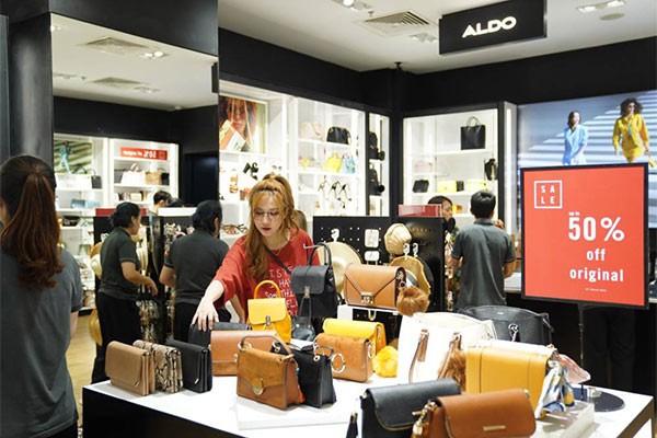 """Không khí """"săn sale"""" tưng bừng tại Vincom trong ngày đầu tiên của Lễ hội mua sắm Đỏ ảnh 7"""