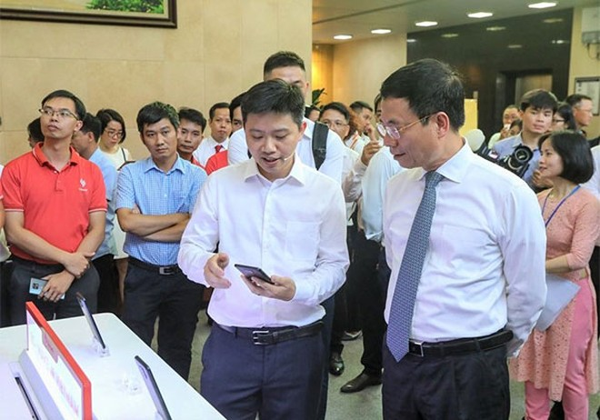 Bộ trưởng Bộ Thông tin và Truyền thông Nguyễn Mạnh Hùng tham quan khu trải nghiệm Vsmart Aris 5G tại sự kiện sơ kết 6 tháng đầu năm của Bộ ngày 06/7
