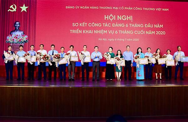 Các tổ chức đảng đạt trong sạch vững mạnh nhận Giấy khen của Đảng ủy NHCT