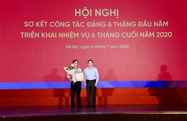 Lễ trao tặng Huy hiệu 30 tuổi Đảng cho đồng chí Phạm Ngọc Long