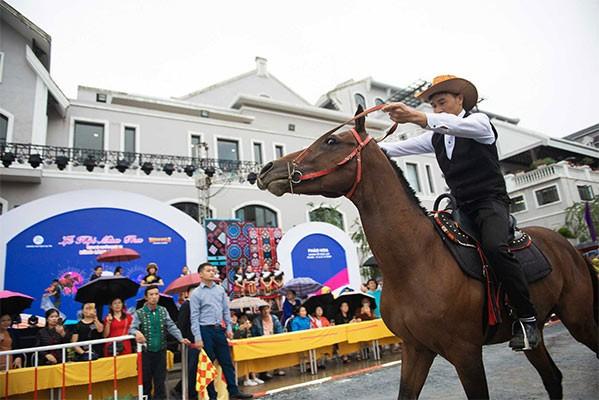 Sa Pa lại tung chiêu độc hút khách với giải đua ngựa 'siêu ngầu'