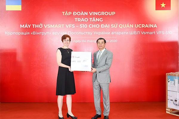 Bà Zhynkina Nataliya, Đại biện lâm thời Đại sứ quán Ucraina tại Việt Nam tiếp nhận máy thở VFS – 510 do Phó Chủ tịch kiêm Tổng giám đốc Tập đoàn Vingroup, ông Nguyễn Việt Quang trao tặng