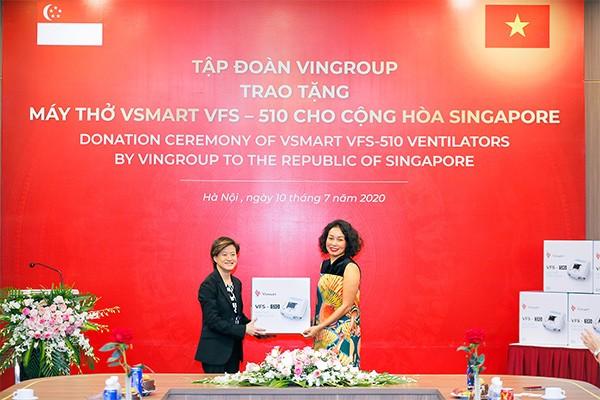 Phó Chủ tịch Tập đoàn Vingroup Lê Thị Thu Thủy trao tặng 200 máy thở cho bà Catherine Wong, Đại sứ Singapore tại Việt Nam.