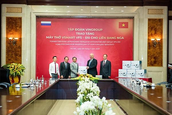 Phó Chủ tịch kiêm Tổng giám đốc Tập đoàn Vingroup Nguyễn Việt Quang trao tặng lô máy thở đầu tiên cho ngài К.V.Vnukov, Đại sứ đặc mệnh toàn quyền CH Liên bang Nga tại Việt Nam