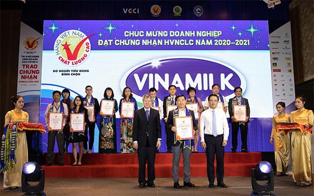 Ông Đỗ Thanh Tuấn – Giám đốc đối ngoại Công ty Vinamilk – nhận giấy chứng nhận Hàng Việt Nam chất lượng cao lần thứ 24